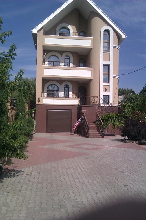 Житл. будинки (315,4 кв.м., 264,4 кв.м) з зем. ділянками (пл. 0,0818 га, 0,24 га) та 3-кімнатна квартира пл. 66,2 кв.м.
